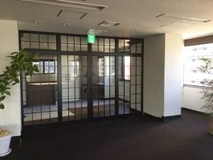 Mビル改修工事 欄間両袖FIX付両開き框ドア飾り格子内外付