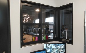 スチール引き違い窓+突き出し窓